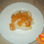 Полезная рисовая каша с кусочками кураги и тыквы